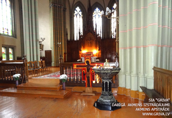 Rīgas Svētās Vecās Ģertrūdes baznīcas granīta svečturis