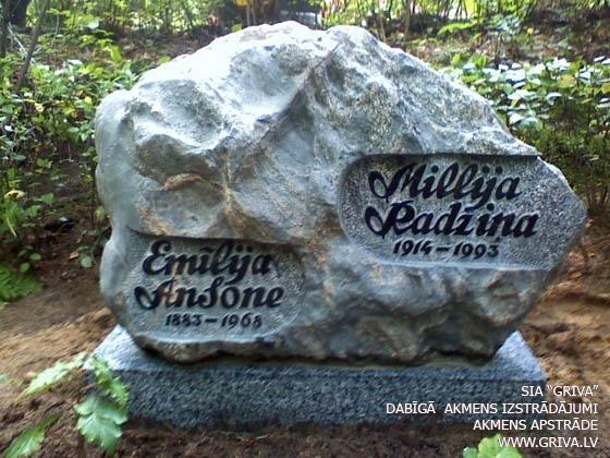 Klasisks laukakmens kapu piemineklis