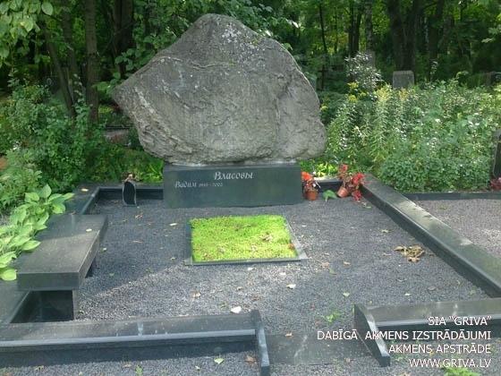 Laukakmens kapu piemineklis noformējums ar veselu akmeni