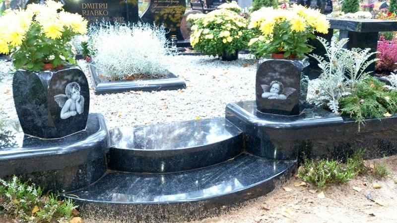 Ekskluzīvs pieminekļu ansamblis no karēlijas melnā granīta ar bronzas metālkalumiem