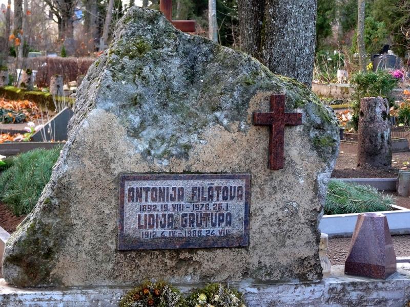 Laukakmens kapu piemineklis ar sarkanu granīta krustišu