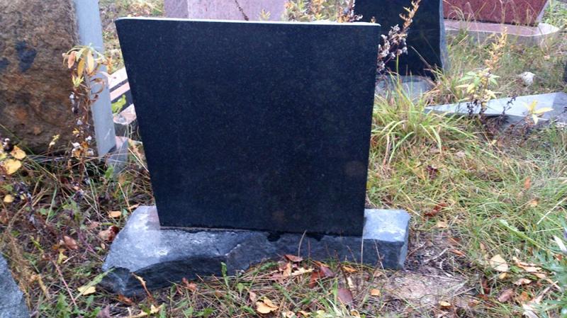 Mazcenas kapu granīta pieminekļis
