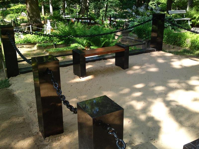 Ekskluzīvi granīta kapu soliņi un apmales