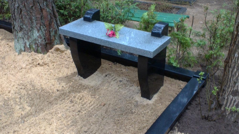 Ekskluzīvs granīta kapu soliņs