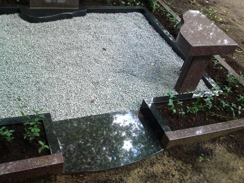 Ekskluzīvi granīta kapu soliņš