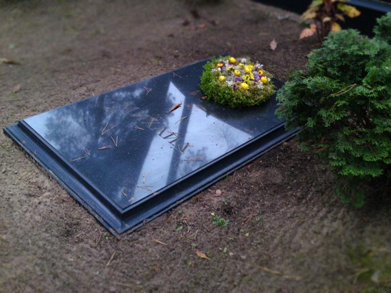 Granīta kapu plāksne ar gravējumu