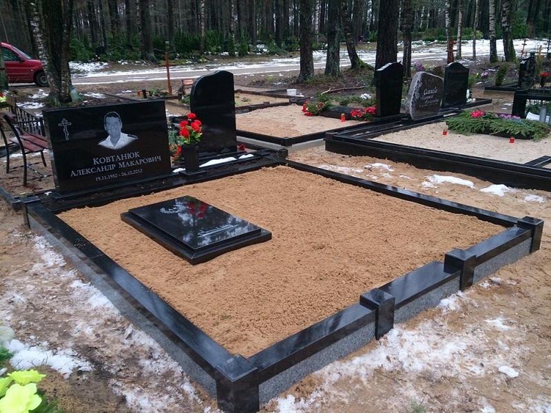 Klasisks kapu pieminekļa ansamblis