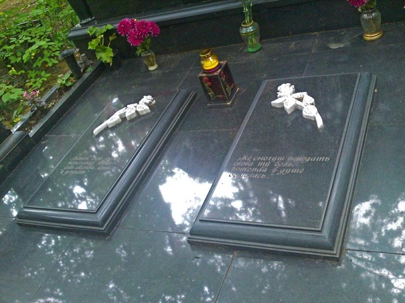Закрытые саркофаги с розами