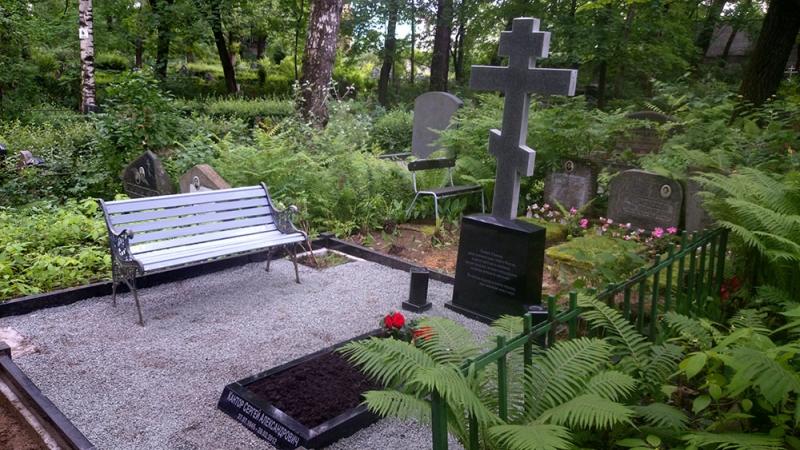 Мемориальный ансамбль с гранитным крестом