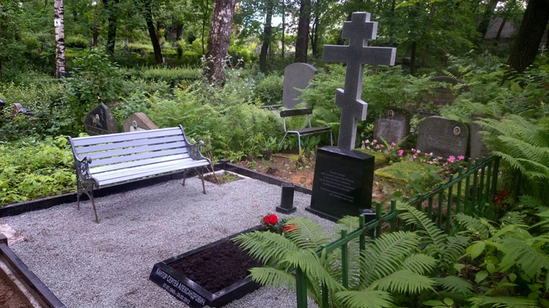 Memoriālais ansamblis ar granīta krustu