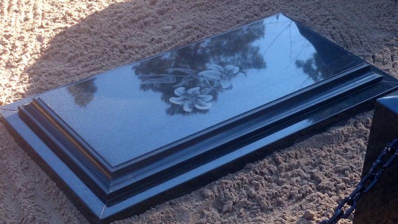Frēzēta slēgta granīta kapu plāksne ar gravējumu