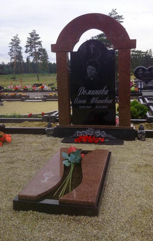 Pusslēgta kapu rāmītis no sarkanā un melnā Zviedrijas granīta