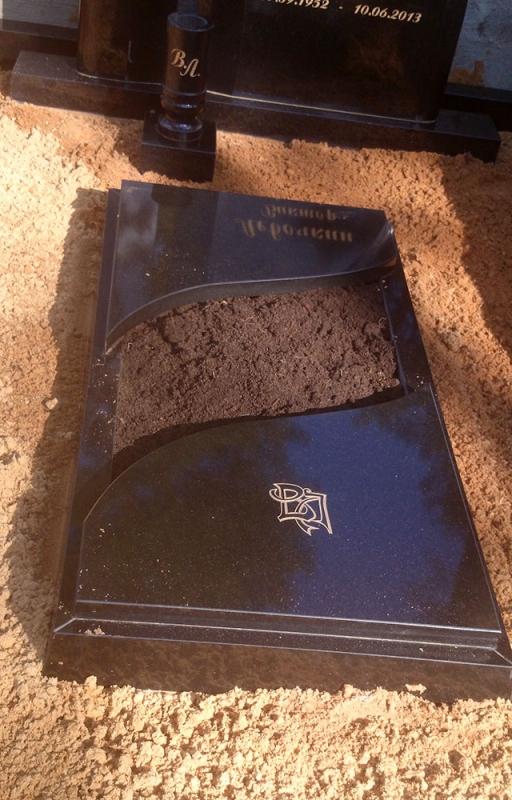 Pusslēgts kapu rāmītis no melnā Zviedrijas granīta