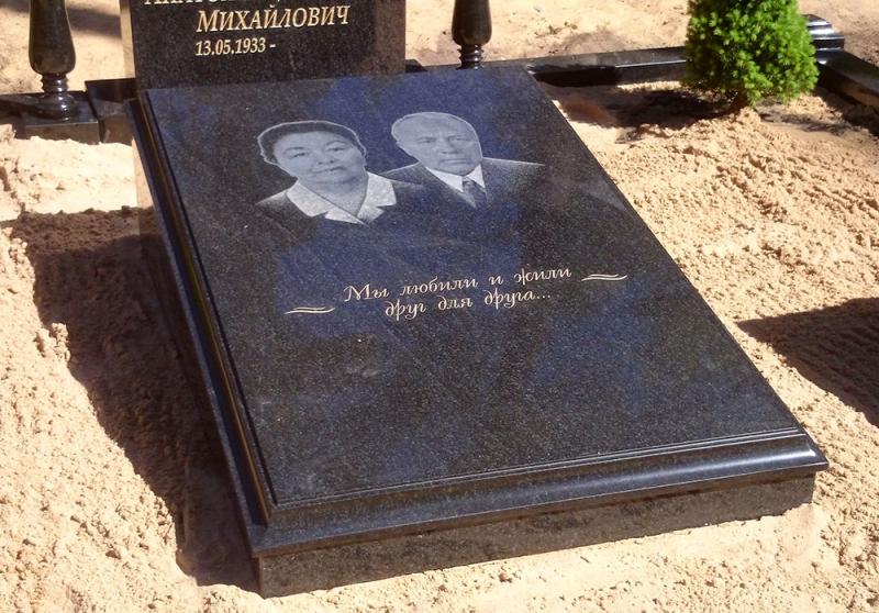 Закрытый мемориальный саркофаг с двойным портретом