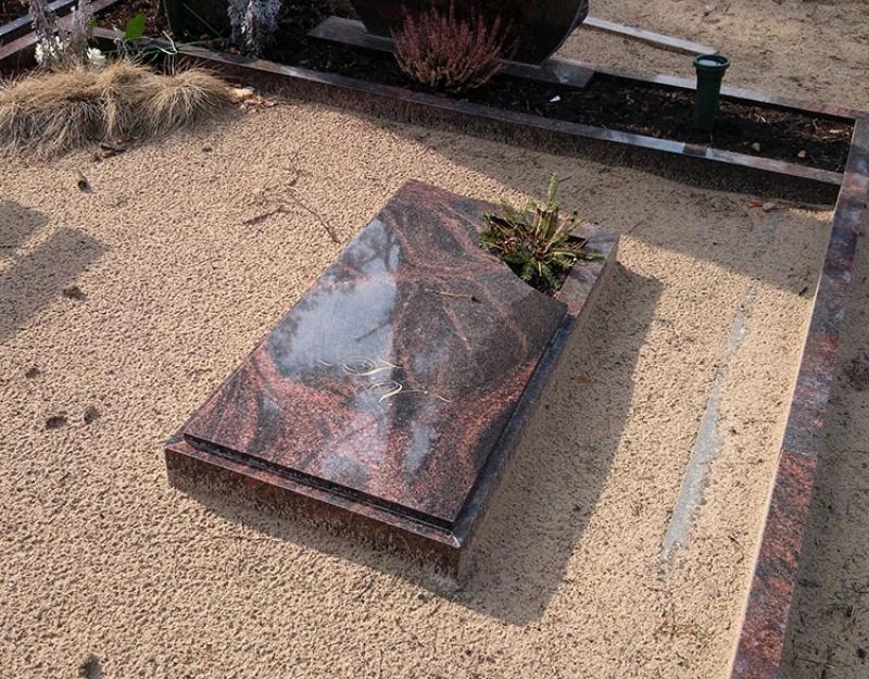 Slēgtais kapu rāmītis no AURORA granīta
