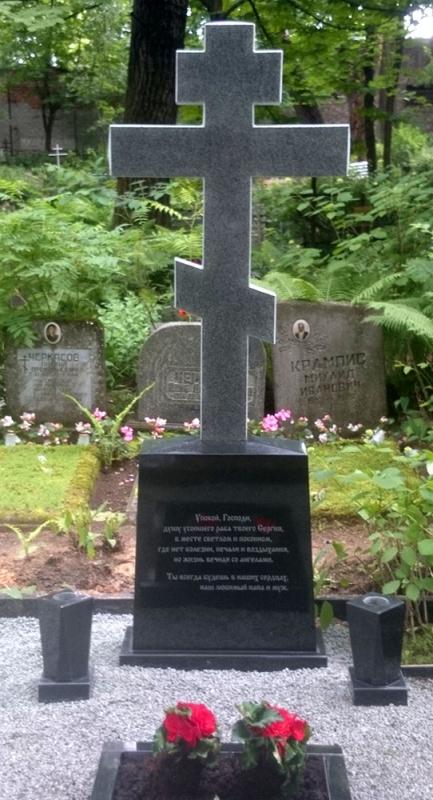Гранитный крест с вазами