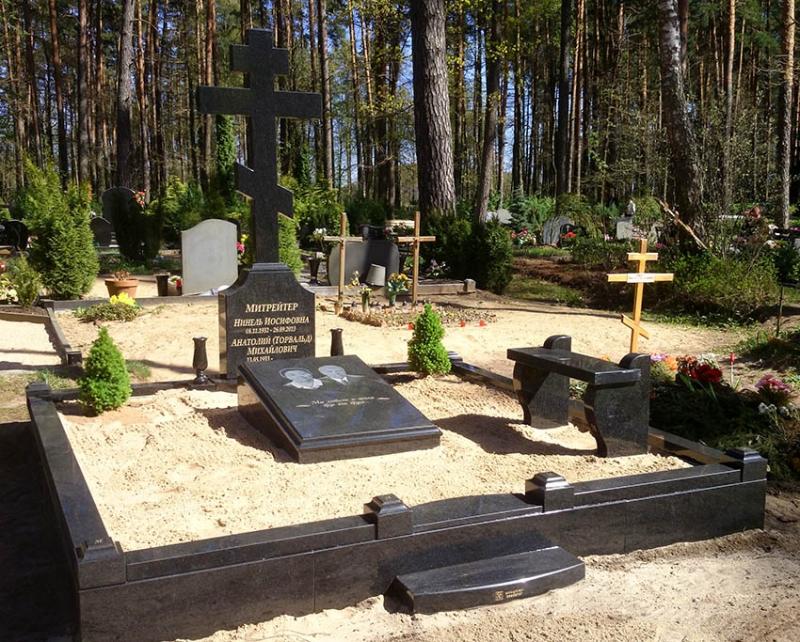 Granīta krusts ar cokolu, kapu plāksni, soliņu un apmali