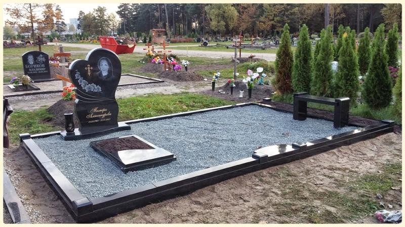 Мемориальный ансамбль с памятником в виде сердца