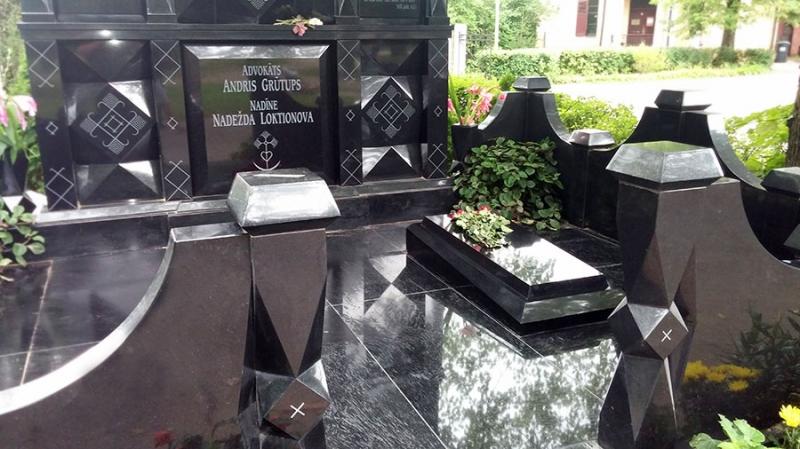 Ekskluzīvs memoriāls ar slēgtām granīta grīdām un sarkofāgu