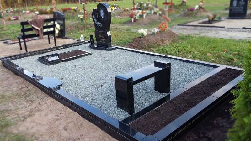 Уход за местом захоронения из чёрного Украинского гранита