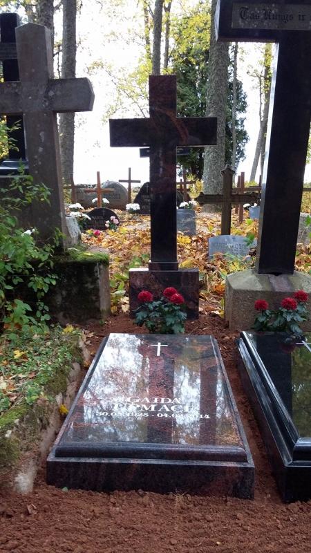 Slēgts granīta sarkofags ar granīta krustu