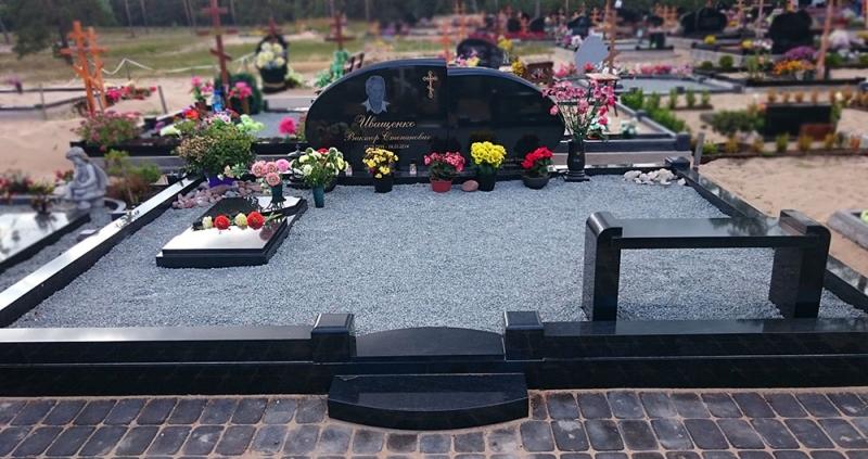 Individuāla dizaina kapu pieminekļu ansamblis, ģimenes kapavieta Bolderājas kapos, Rīgā
