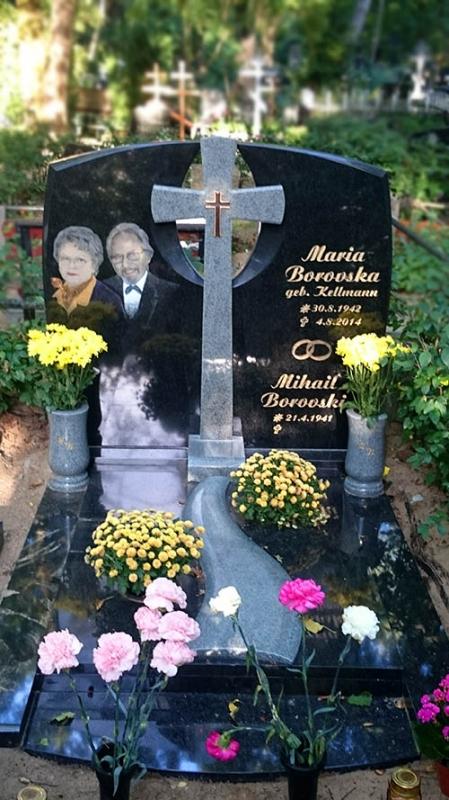 Kapu pieminekļu ansamblis - ģimenes kapavieta no melna un pelēka Zviedrijas granīta ar gravētiem krāsainiem portretiem un Caggiatti bronzas aksesuāriem