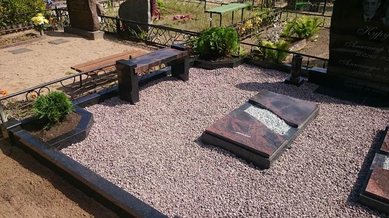 Обустройство семейного захоронения с гранитными оградками и полузакрытыми рамками