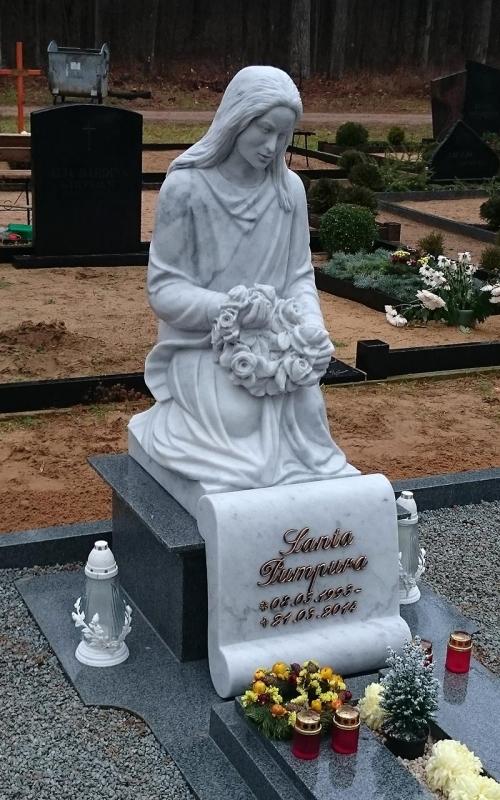 Skulptūra ar bronzas Caggiati burtiem.