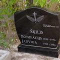Abstraktas formas pulēts granīta kapu piemineklis