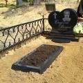 Granīta kapu pieminekļi sirds formas veidā ar gravējumiem