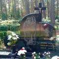 Ekskluzīvs kapu pieminekļu ansamblis ar krustu un gravējumiem