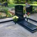 Pulēts granīta piemineklis ar krustu gravējumu