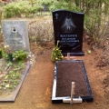Pulēts granīta piemineklis ar gravējumu