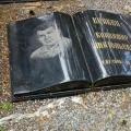 Granīta piemineklis atvērtas grāmatas formā ar gravējumiem