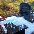 gimenes kapavietas noformējums no Karēlijas granīta Lāčupes kapos, Rīgā, Latvijā