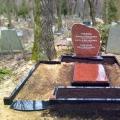 Kaltas formas granīta piemineklis no sarkana granīta
