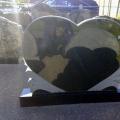 Granīta kapu pieminekļi sirds formas veidā