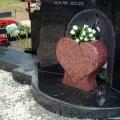 Granīta kapu pieminekļi sirds formas veidā ar dažādiem akmeņiem