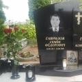 Pulēts granīta kapu piemineklis ar portretu un uzrakstu