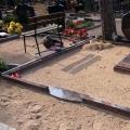 Kaltas formas piemineklis ar slēgtu kapu plāksni un granīta apmali