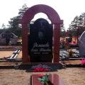 Pulēts granīta kapu piemineklis ar arku