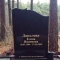 Pulēts granīta kapu piemineklis ar individualo formu