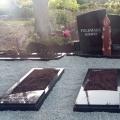 Pulēts granīta piemineklis ar sveci