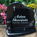 Pulēts kapu piemineklis ar vāzi